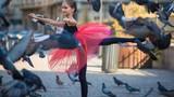 Mê mẩn ngắm thiếu nữ 12 tuổi múa ba lê trên đường phố