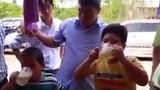 Hai cậu nhóc 7 tuổi người Việt thi uống bia gây sốc