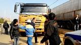 Hàng chục đối tượng lạ chống TTGT giải vây xe quá tải