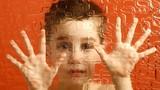 Nên chữa bệnh tự kỷ cho trẻ tại nhà hay chuyên khoa?