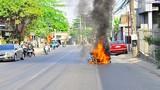 Đi chơi Tết, xe máy Yamaha bốc cháy dữ dội