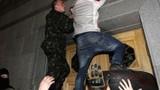 Người biểu tình miền đông Ukraine đánh chiếm sân bay, đài truyền hình