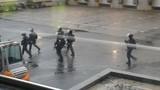 Xem cảnh sát vây nơi nghi phạm thảm sát giam con tin