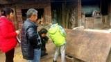 Ngã ngửa nông dân dùng cổ vật trăm năm làm... thớt băm rau