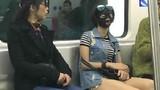 Gái trẻ TQ vô tư đắp mặt nạ trên tàu điện ngầm