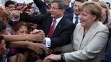 Hàng nghìn người di cư chào đón Thủ tướng Đức Merkel
