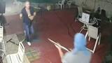 """Cướp cầm súng vào nhà, chủ vác mã tấu đuổi """"mất dép"""""""