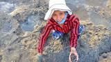 """Nghề """"độc"""": Chờ nước rút, lội bùn dùng vá đào phễnh kiếm chút đỉnh"""