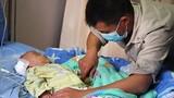 Con trai mắc bệnh hiểm nghèo, cha tuyệt vọng quỳ xuống cầu xin bác sĩ