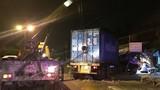 Container tông sập hai nhà dân, hàng chục người suýt chết