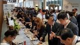 Hình ảnh doanh nhân APEC dùng cơm hộp Việt Nam