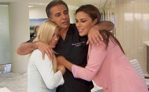 Bố làm bác sỹ tự tay phẫu thuật thẩm mỹ cho 2 con gái