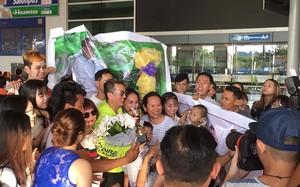 Đàm Vĩnh Hưng ôm cúp tự chế, ngập hoa fan tặng ngày trở về