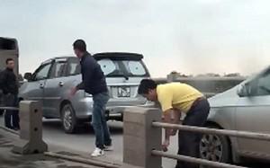 Trốn CSGT, tài xế ôtô liều lĩnh tháo dải phân cách cầu Thanh Trì