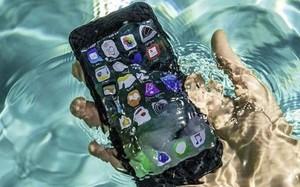 """5 mẹo """"cứu sống"""" điện thoại khi rơi xuống nước"""