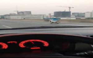 """Video: Người phụ nữ điều khiển xe máy """"lao như gió"""" trên đường vành đai 3"""
