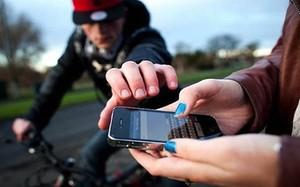 Video: Vừa đi đường vừa dùng điện thoại và cái kết đau đớn