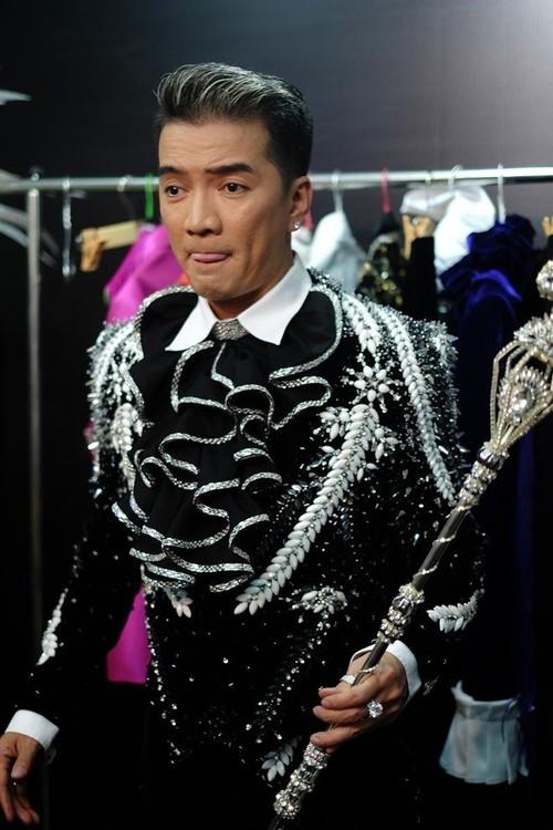 Dam Vinh Hung duoc tang qua khung tuong duong 1 can nha