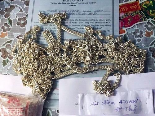 Bat nhom thanh nien dung trang suc gia lua hang loat tiem vang-Hinh-2
