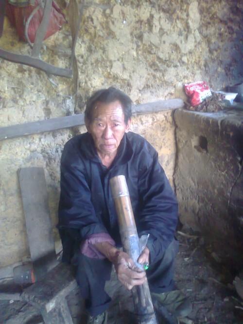 Nguoi moc duoi o Ha Giang: Vua cat duoi thi lan ra... om-Hinh-2