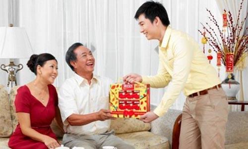 Chang re hanh phuc vi lan dau an Tet o nha vo