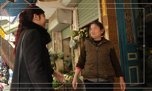 Theo chan nguoi xin di te nho tren pho Ha Noi