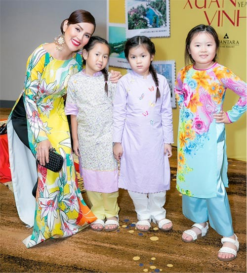 Xon xao A hau Phuong Le be nuoc rua chan cho chong-Hinh-2