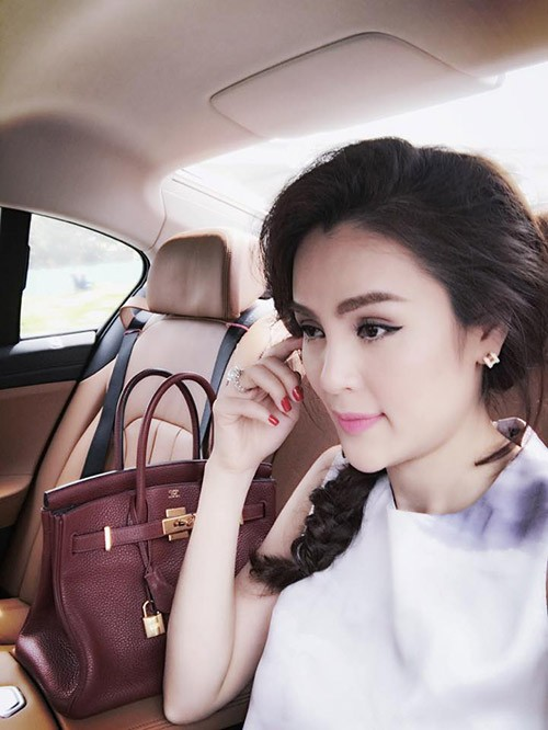 Xon xao A hau Phuong Le be nuoc rua chan cho chong