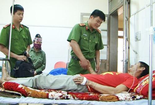 Ngat khi do nhay xuong gieng cuu lon o Dien Bien-Hinh-2