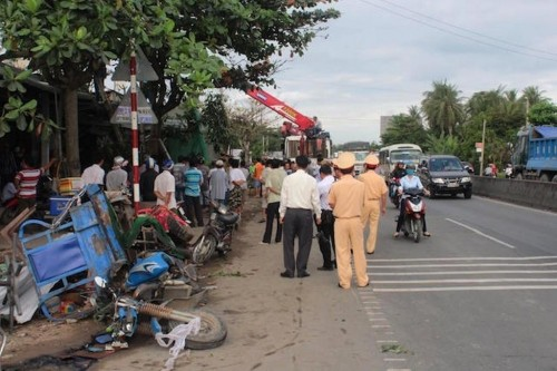 Tien Giang: Container dam vao nha dan, 3 nguoi thuong vong-Hinh-2