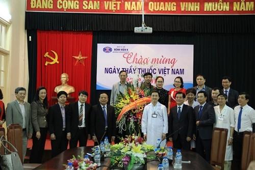 Ban Tuyen giao TU chuc mung benh vien nhan ngay Thay thuoc VN-Hinh-2