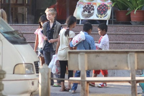 Angelina Jolie Brad Pitt nhan them con nuoi o Campuchia-Hinh-2