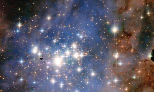 Vom sao kim cuong lap lanh qua kinh vien vong Hubble