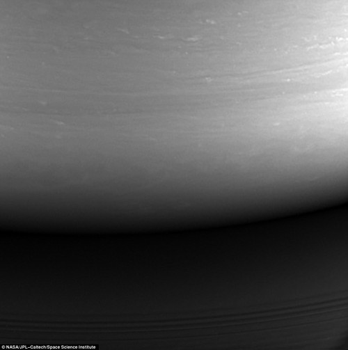 "Anh ""nong hoi"" ve mat trang sao Tho do Cassini chup truoc khi tu sat-Hinh-3"