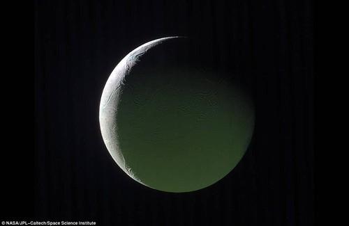 "Anh ""nong hoi"" ve mat trang sao Tho do Cassini chup truoc khi tu sat"