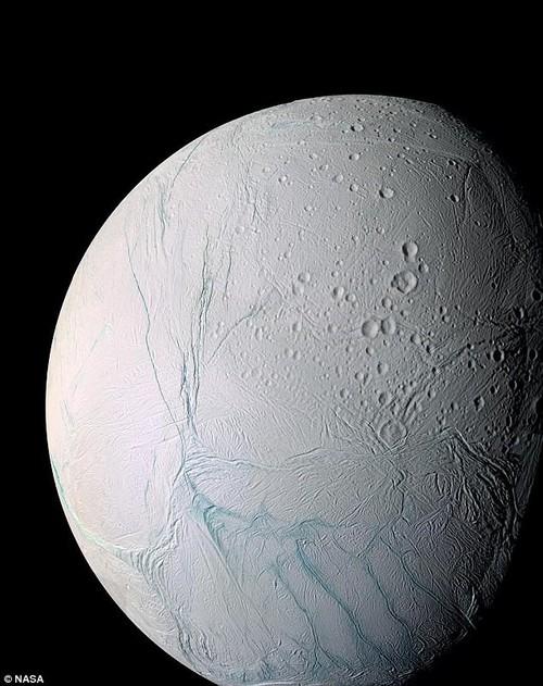 Phat hien bat ngo ve vi khuan tren Mat trang Enceladus