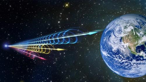 Thông tin các xung vô tuyến trong vũ trụ gửi về với Trái đất vào những thời điểm khác nhau, phát hiện lần đầu tiên vào năm 2007. Nguồn ảnh: Phys.