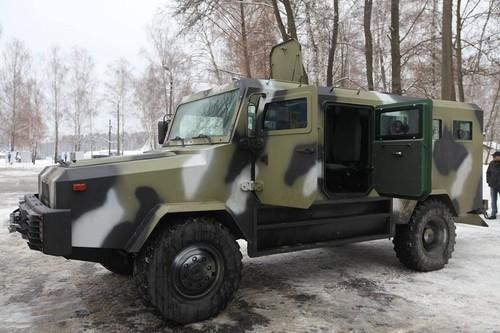 My vien tro xe thiet giap Kozak cho Bien phong Ukraine