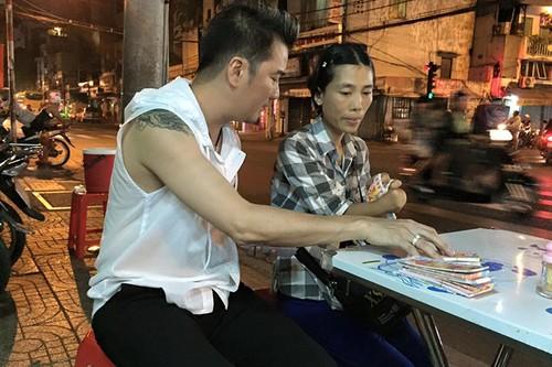 Dam Vinh Hung trung so khi mua tram ve so giup cu gia-Hinh-4