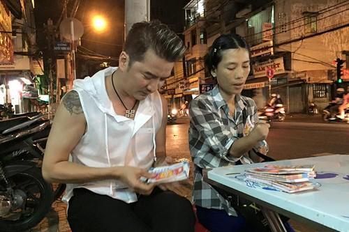 Dam Vinh Hung trung so khi mua tram ve so giup cu gia-Hinh-6
