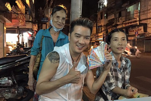Dam Vinh Hung trung so khi mua tram ve so giup cu gia-Hinh-7