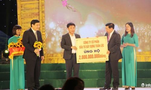 Lo dien doanh nghiep tang xe sang cho Tinh uy Nghe An-Hinh-3