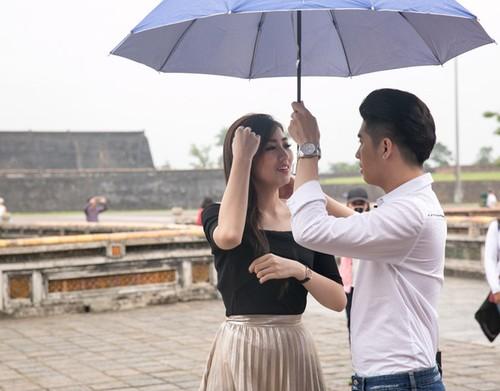 Phat sot: Noo Phuoc Thinh dua ban gai ve Hue gap ho hang-Hinh-3