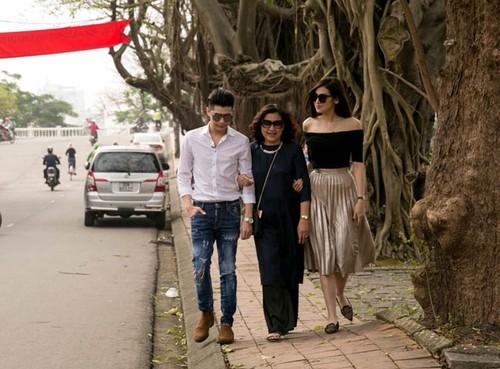 Phat sot: Noo Phuoc Thinh dua ban gai ve Hue gap ho hang