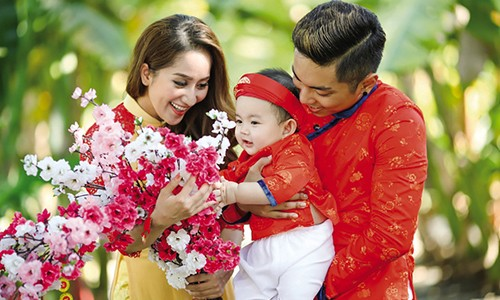 Khanh Thi song chung voi me chong dai gia the nao?