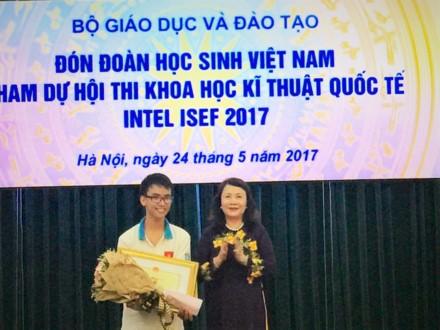 "Doat giai Intel ISEF, tac gia ""Canh tay robot"" duoc khen thuong"