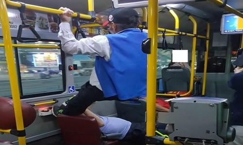Chiem ghe tren xe bus, chang trai bi ong lao sut vao mat