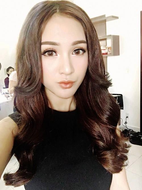 Hotgirl Kelly Nguyen tung 6 lan khoc rong voi chiec cam hoai tu