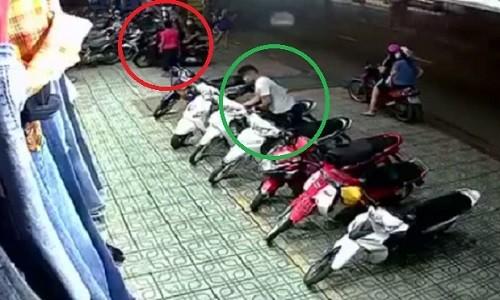 "Video: Man dan canh lua bao ve nham ""cuom"" xe may"