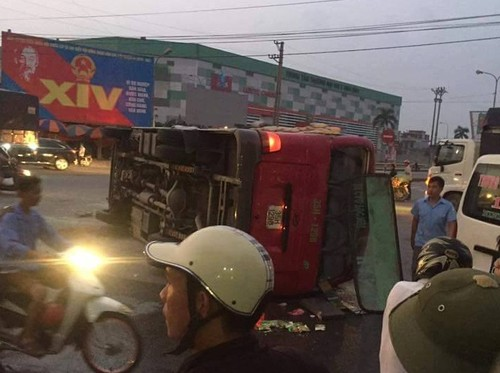 Ninh Binh: Xe khach 29 cho bi xe tai huc lat ngieng